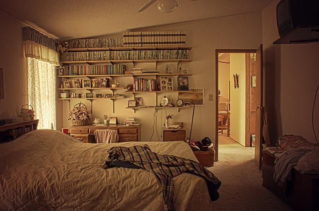 若是空間不大的臥室,則可以在墻面上訂一排木板書架