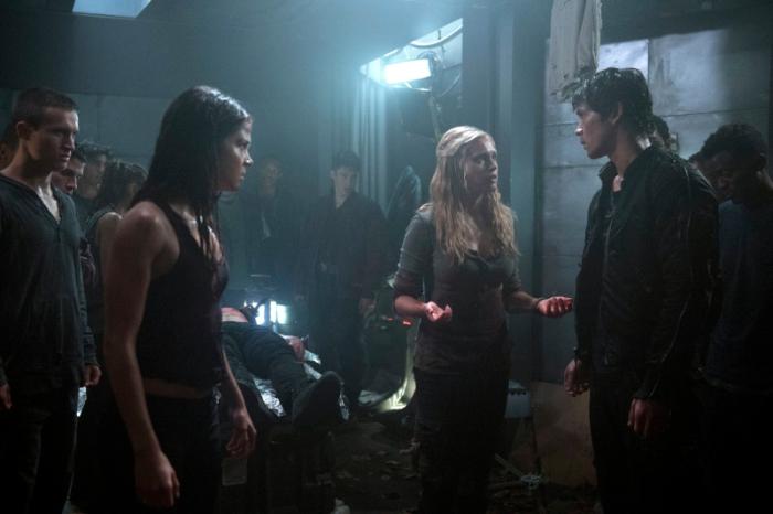以《花邊教主》、《新飛躍比佛利》、《吸血鬼日記》鞏固年輕收視族群的美國CW電視台推出新科幻劇《地球百子》,描述因故遭到放逐的青少年,掌握著人類的命運。