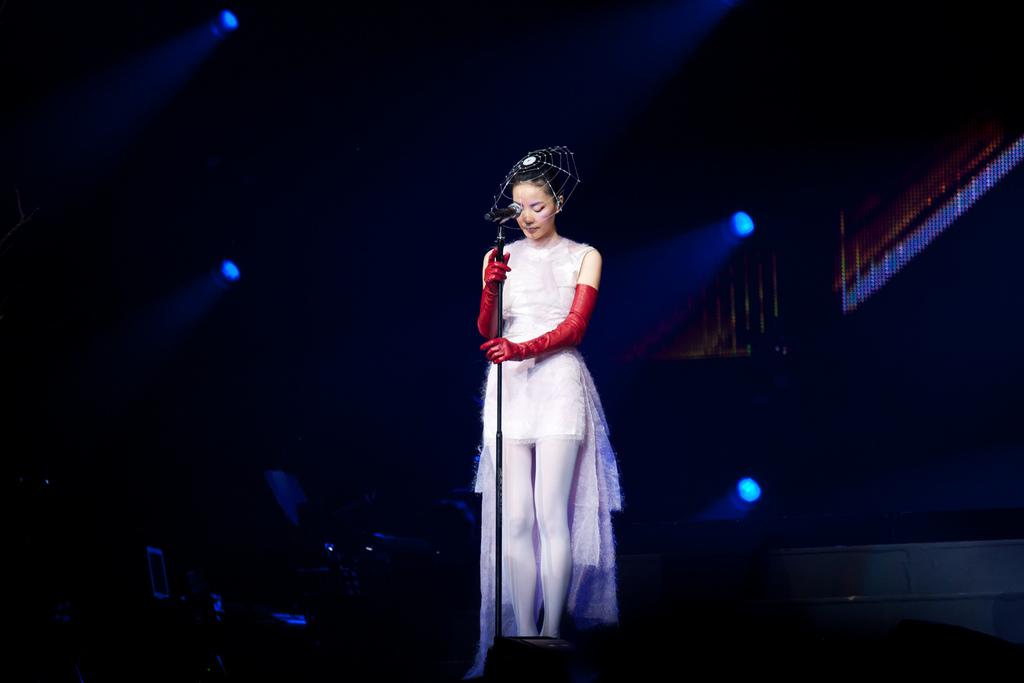 2011年在香港的「巡唱」演唱會上。